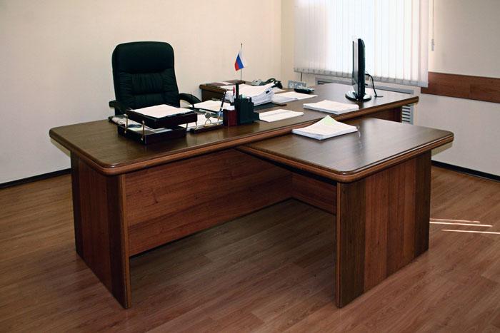 sekretarsha-lizhet-nachalnitse-pod-stolom